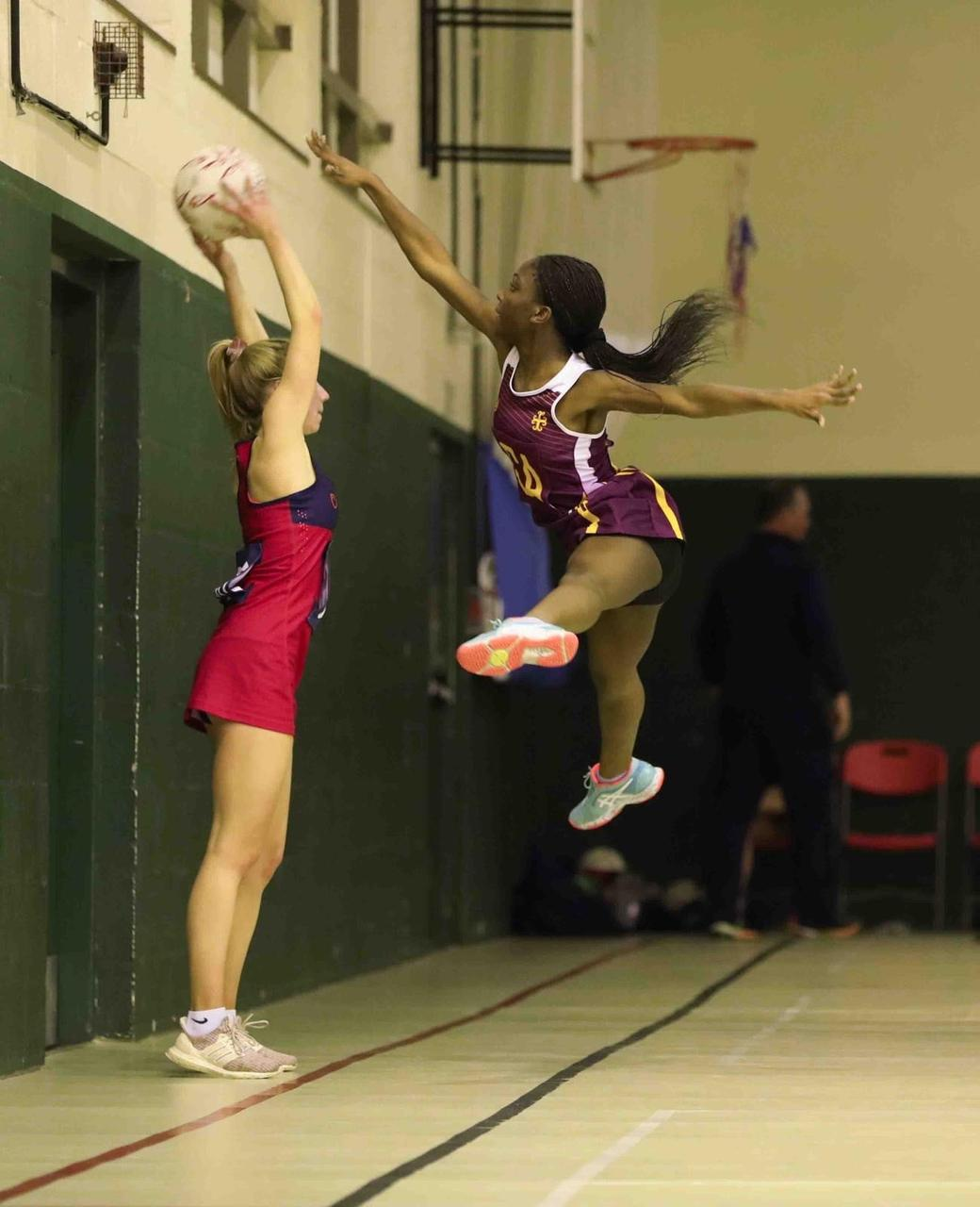 Sports uniform, Performing arts, Entertainment, Thigh, Sportswear, Dance, Shorts, Knee