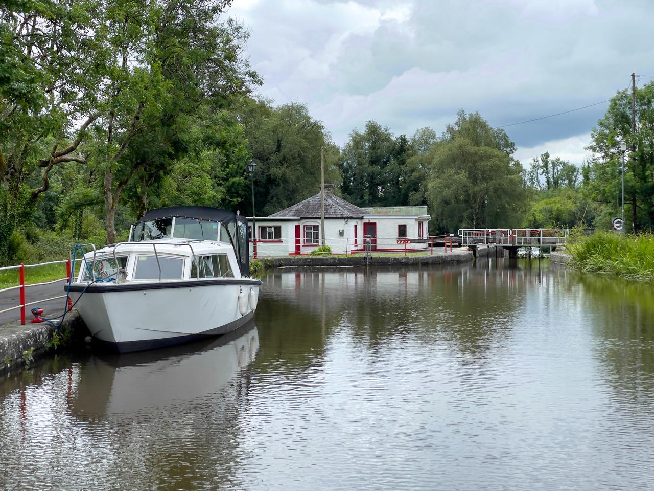 Water, Boat, Sky, Cloud, Plant, Watercraft, Vehicle, Tree, Lake, Building