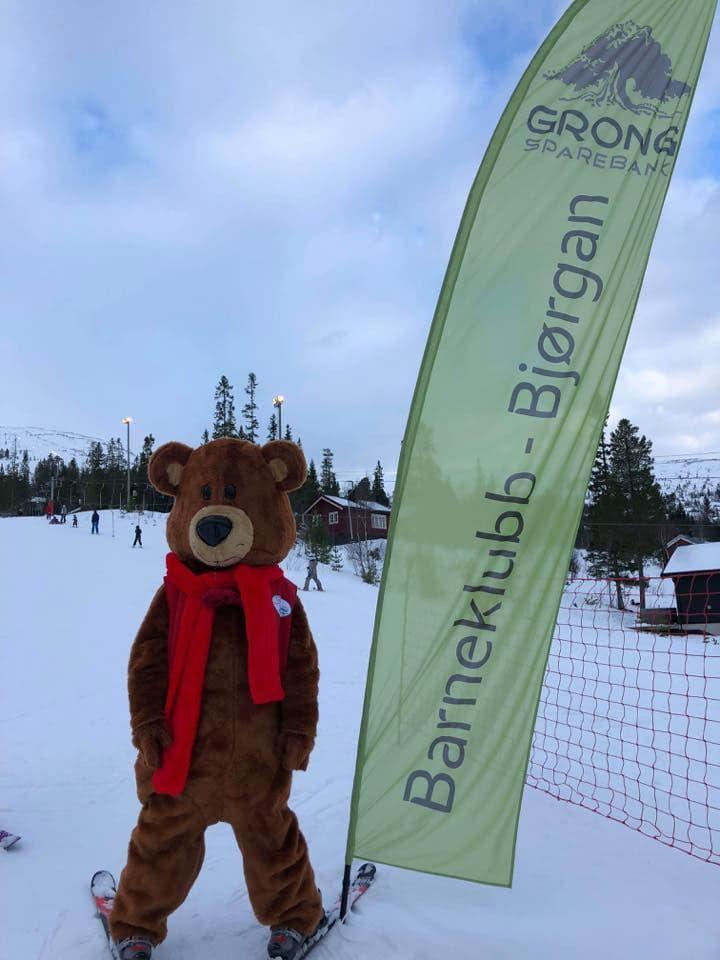 Outdoor recreation, Sky, Cloud, Snow, Glove, Slope