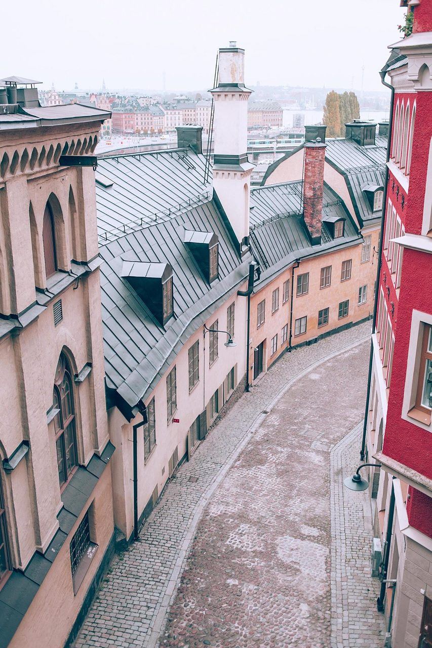 Road surface, Sky, Window, Building, Fixture, Neighbourhood