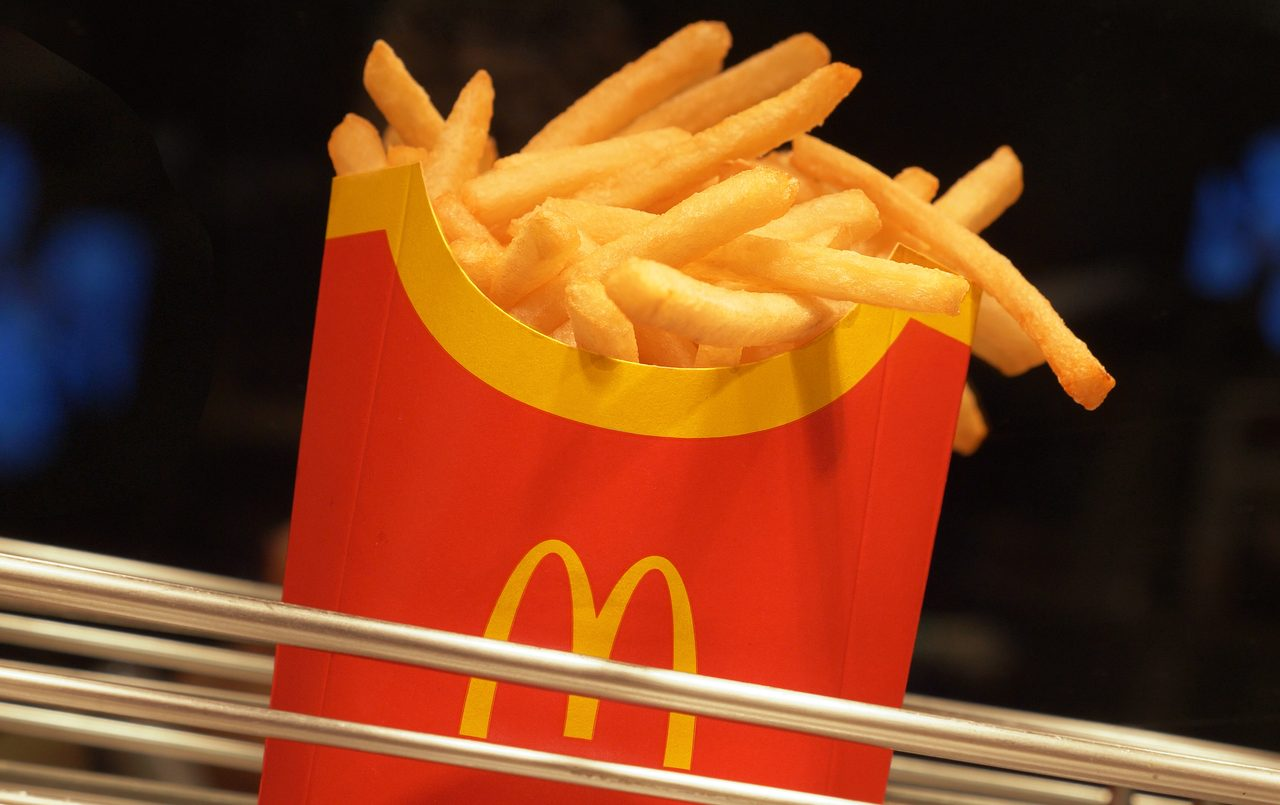 Fast food, French fries, Deep frying, Ingredient, Cuisine, Gesture, Dish, Recipe