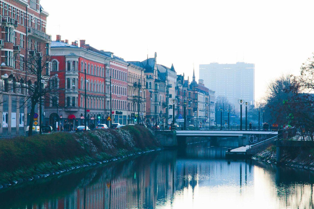 Urban design, Water, Sky, Building, Window, Watercourse, Tree, Lake, Cityscape, Neighbourhood