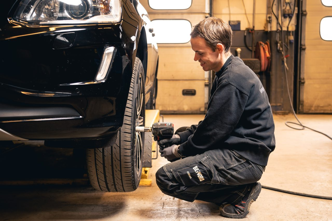 Automotive tire, Motor vehicle, Wheel, Car, Hood, Tread