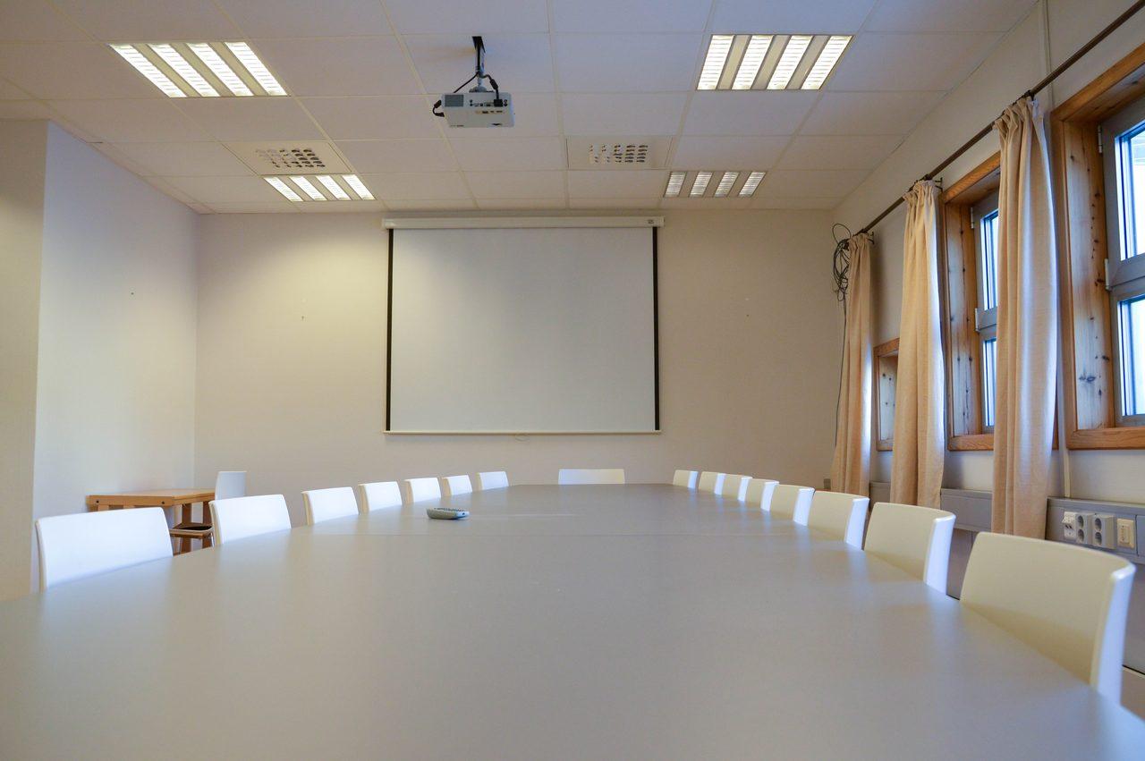 Video projector, Table, Window, Building, Hall, Flooring, Chair, Whiteboard, Floor