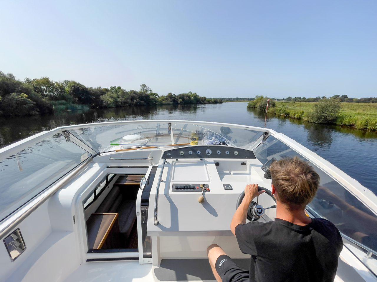 Plant community, Naval architecture, Water, Boat, Sky, Watercraft, Vehicle, Lake, Tree