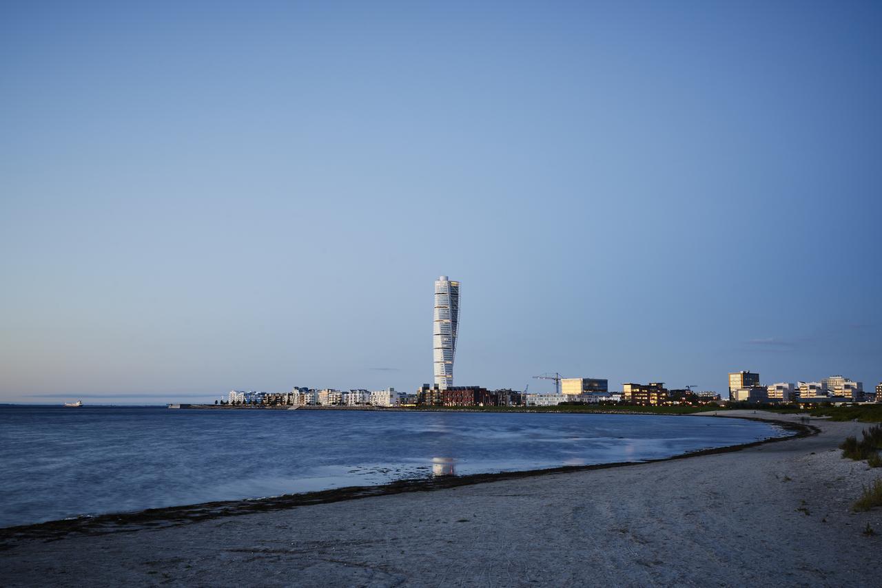 Coastal and oceanic landforms, Water, Sky, Daytime, Tower, Lighthouse, Azure, Lake, Building, Plant