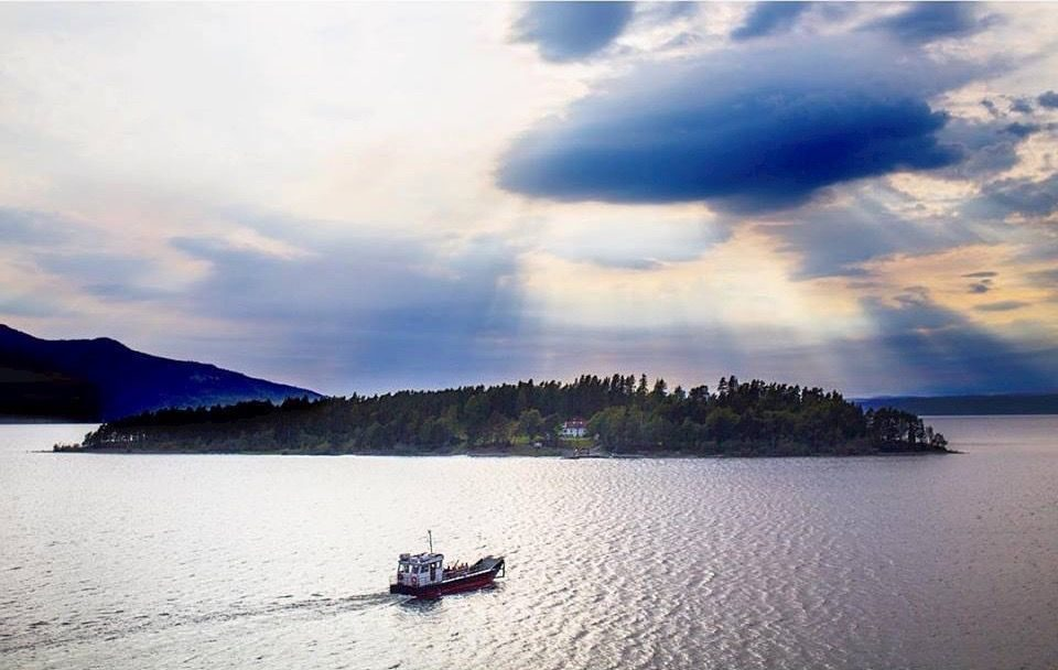 Coastal and oceanic landforms, Water resources, Cloud, Sky, Boat, Watercraft, Vehicle, Sunlight, Lake