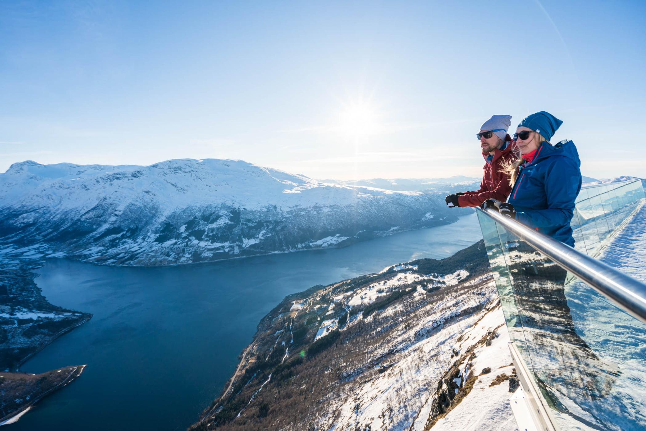People in nature, Ice cap, Mountain range, Glacial landform, Mountainous landforms, Travel, Slope, Snow, Freezing, Winter