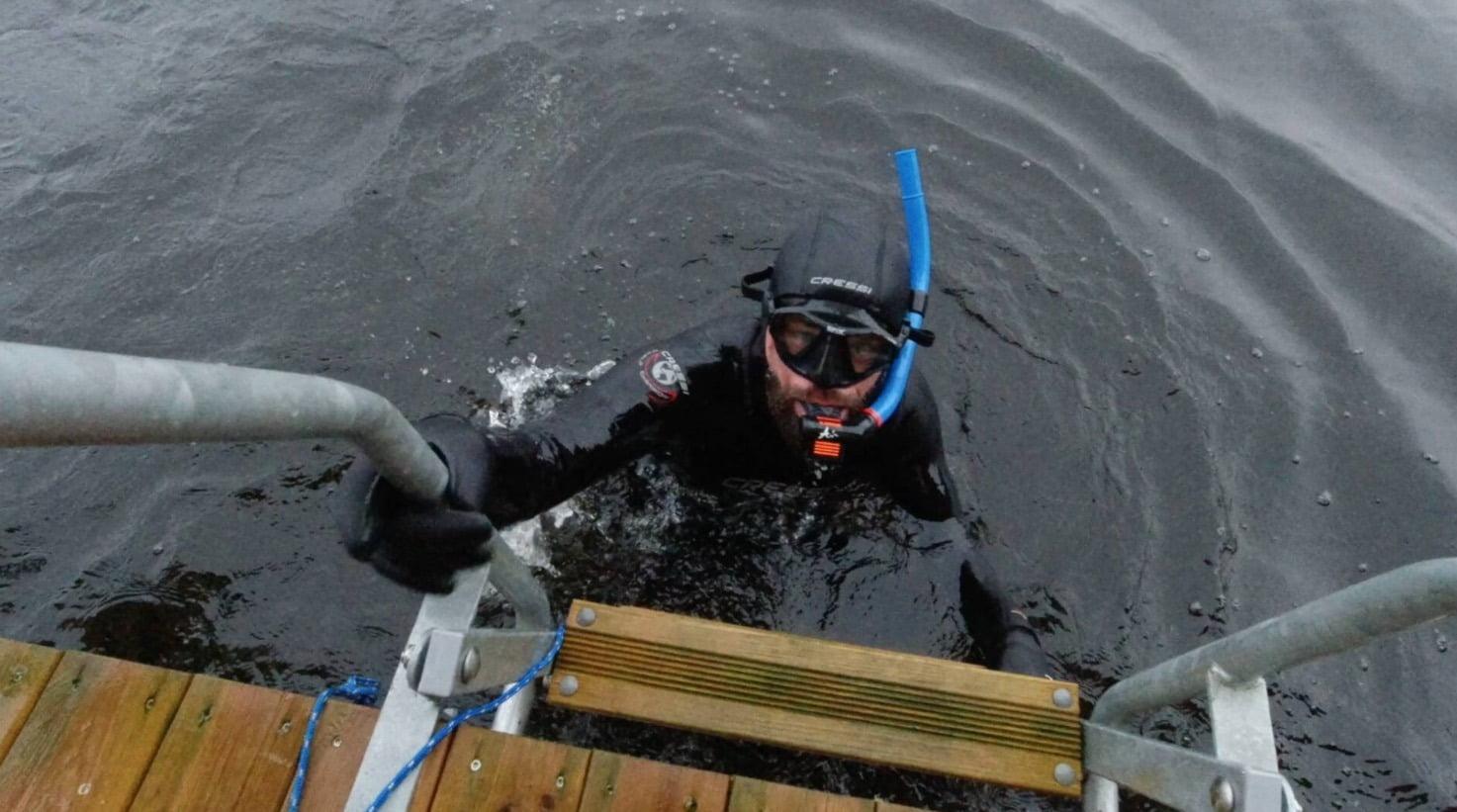Buoyancy compensator, Scuba diving, Outdoor recreation, Water, Vertebrate, Divemaster, Fluid