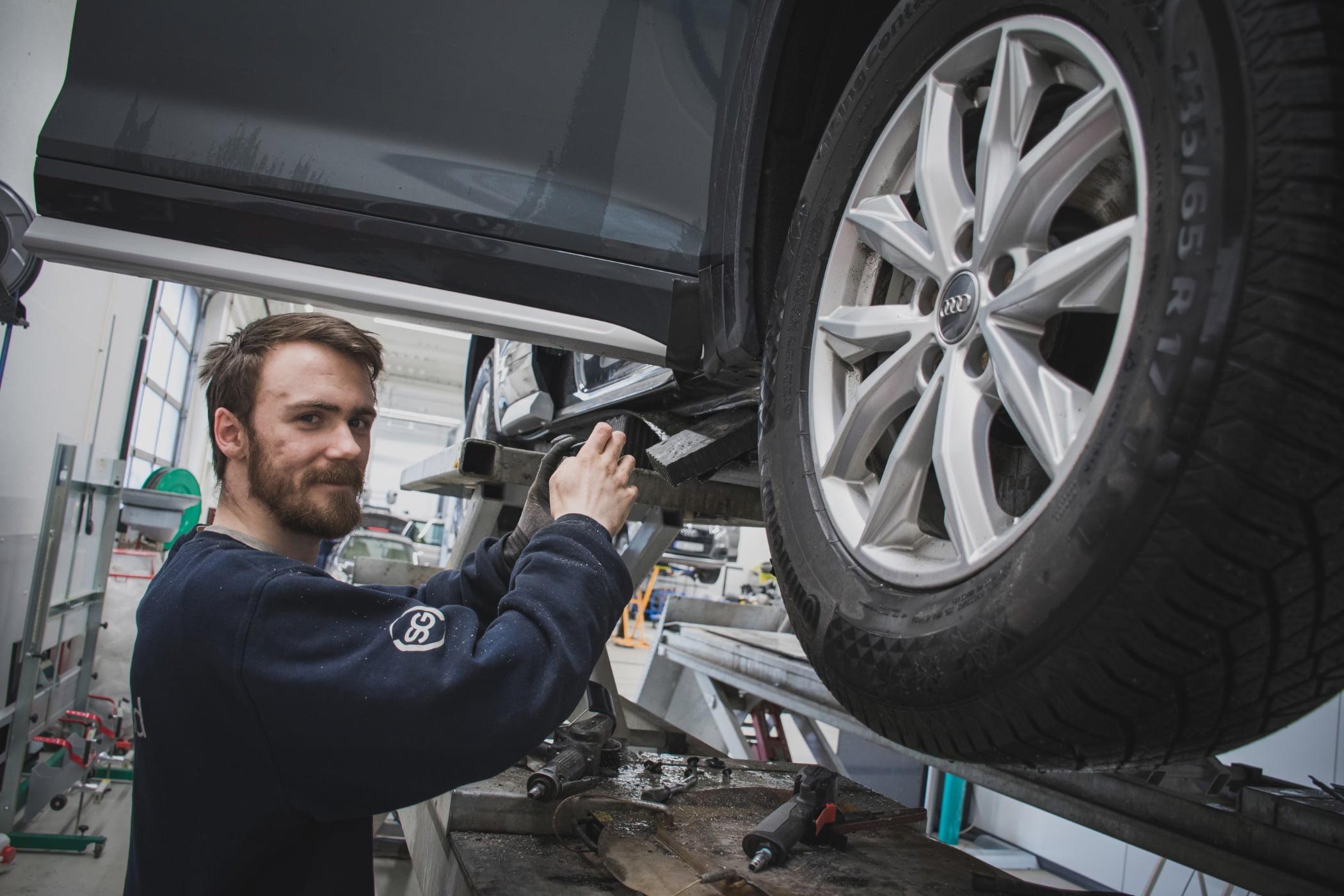 Land vehicle, Automotive tire, Wheel, Car, Hood