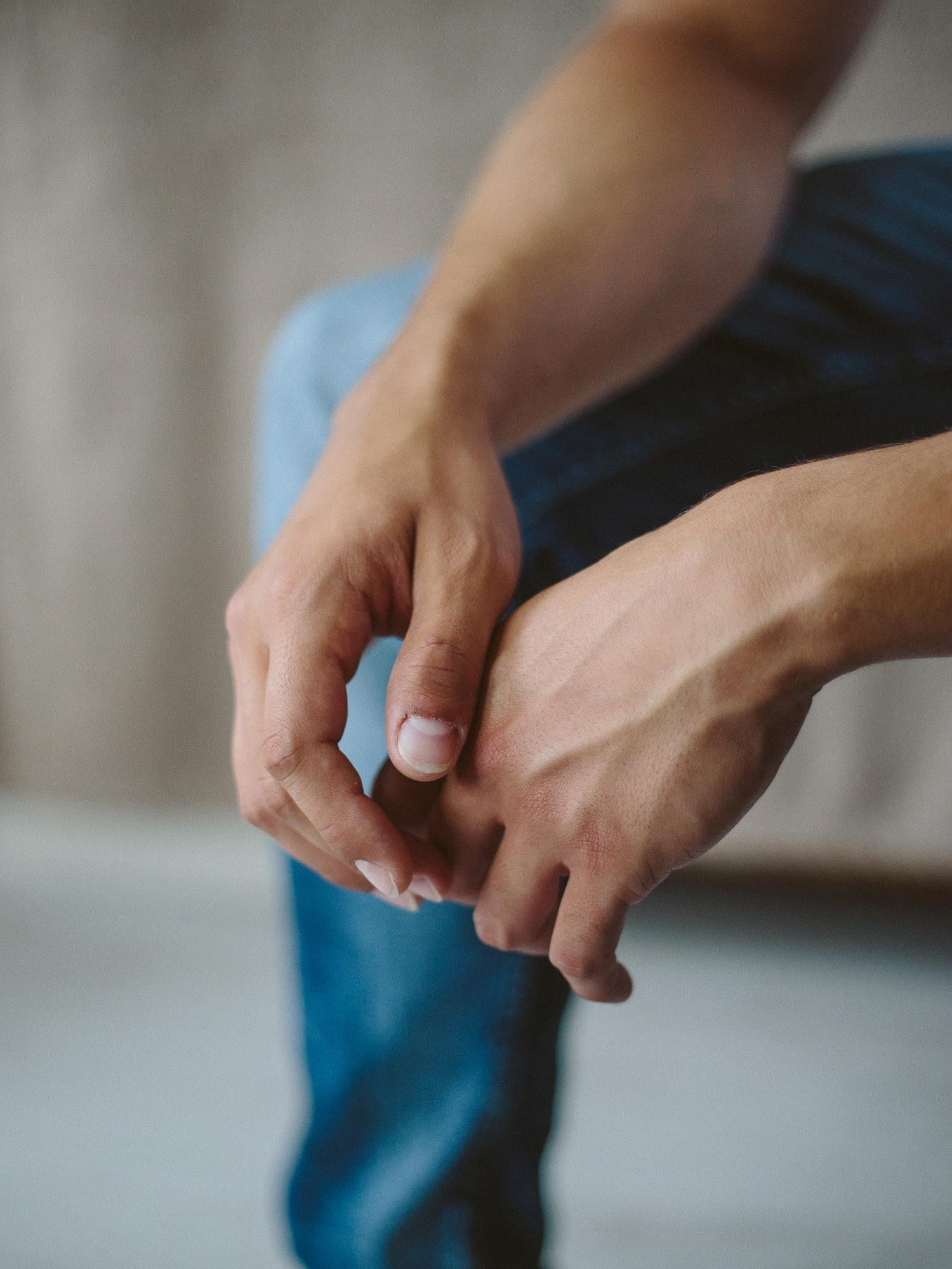 Human leg, Thumb, Muscle, Gesture, Nail, Wrist, Joint, Finger