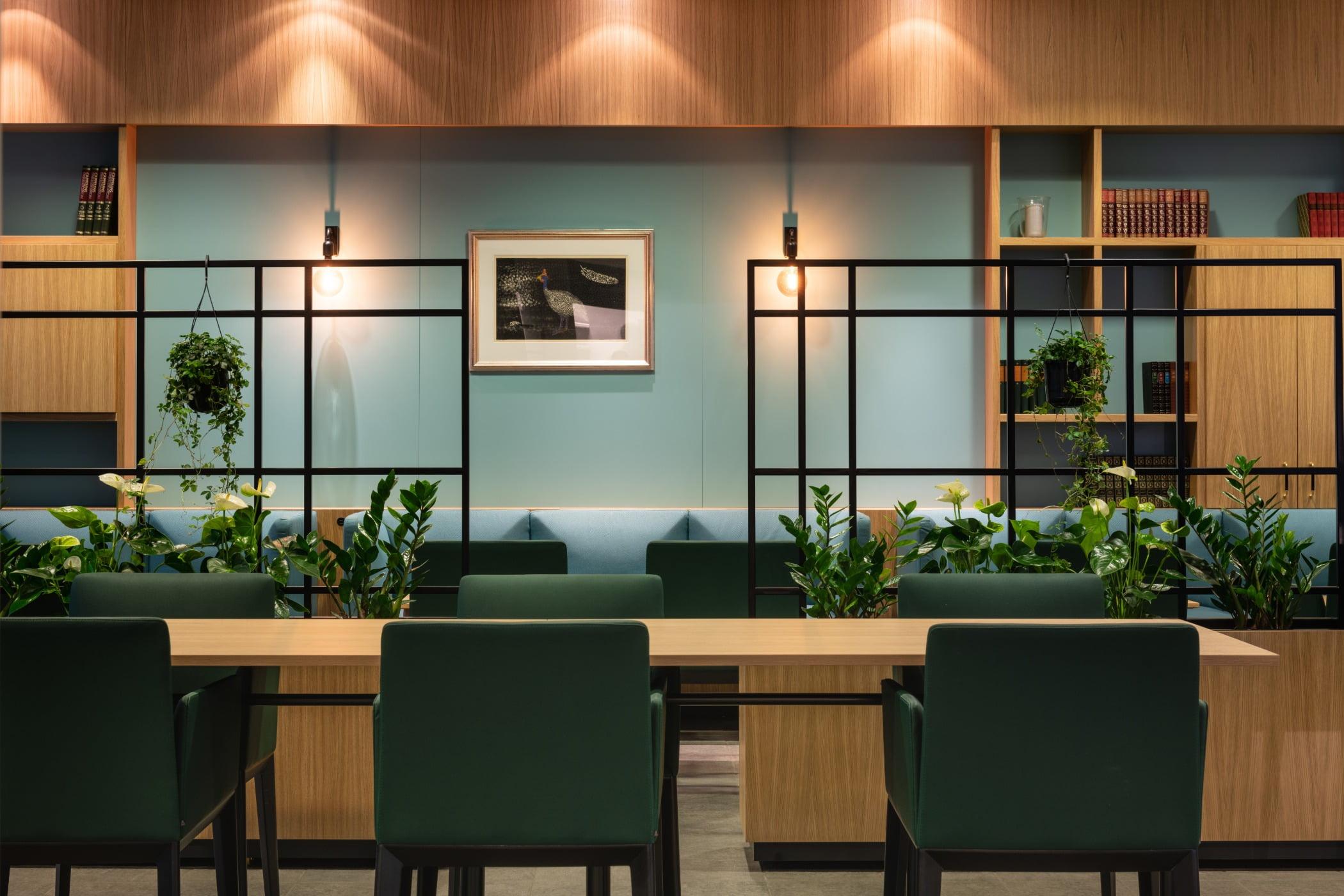Hodneboprosjekt_innredning_hotell_restaurant_bar_kontor_konferanse, Interior design, Houseplant, Chair, Furniture, Table, Plant, Lighting
