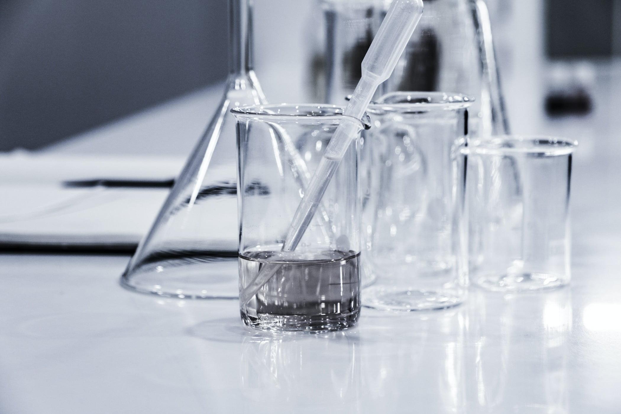 Champagne stemware, Tableware, Liquid, Drinkware, Table, Barware, Fluid, Black-and-white