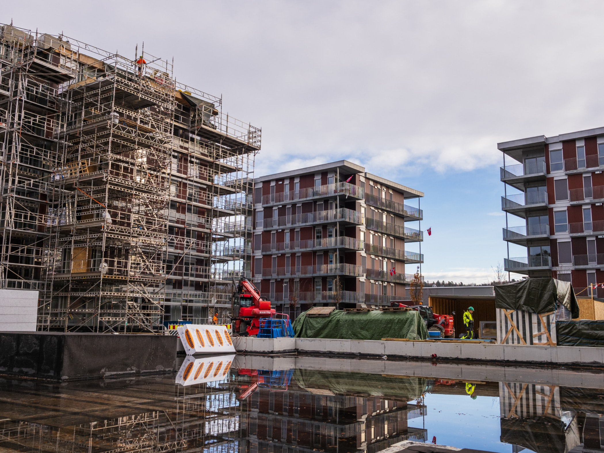 Urban area, Mixed-use, Construction, Canal, Property, Building, Sky, Condominium, Architecture, Waterway