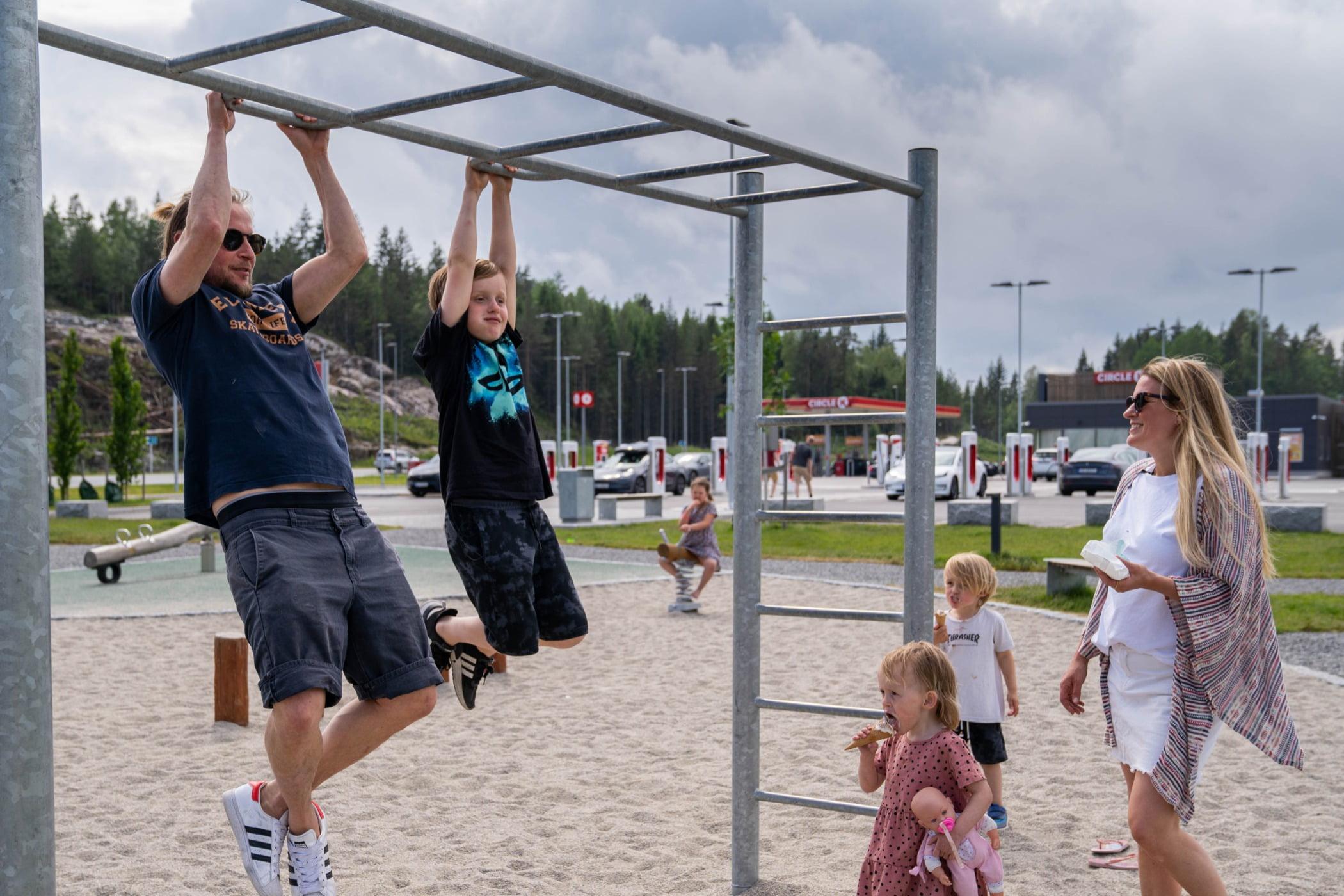 Active shorts, Public space, Sky, Cloud, Leisure, Tree, T-shirt