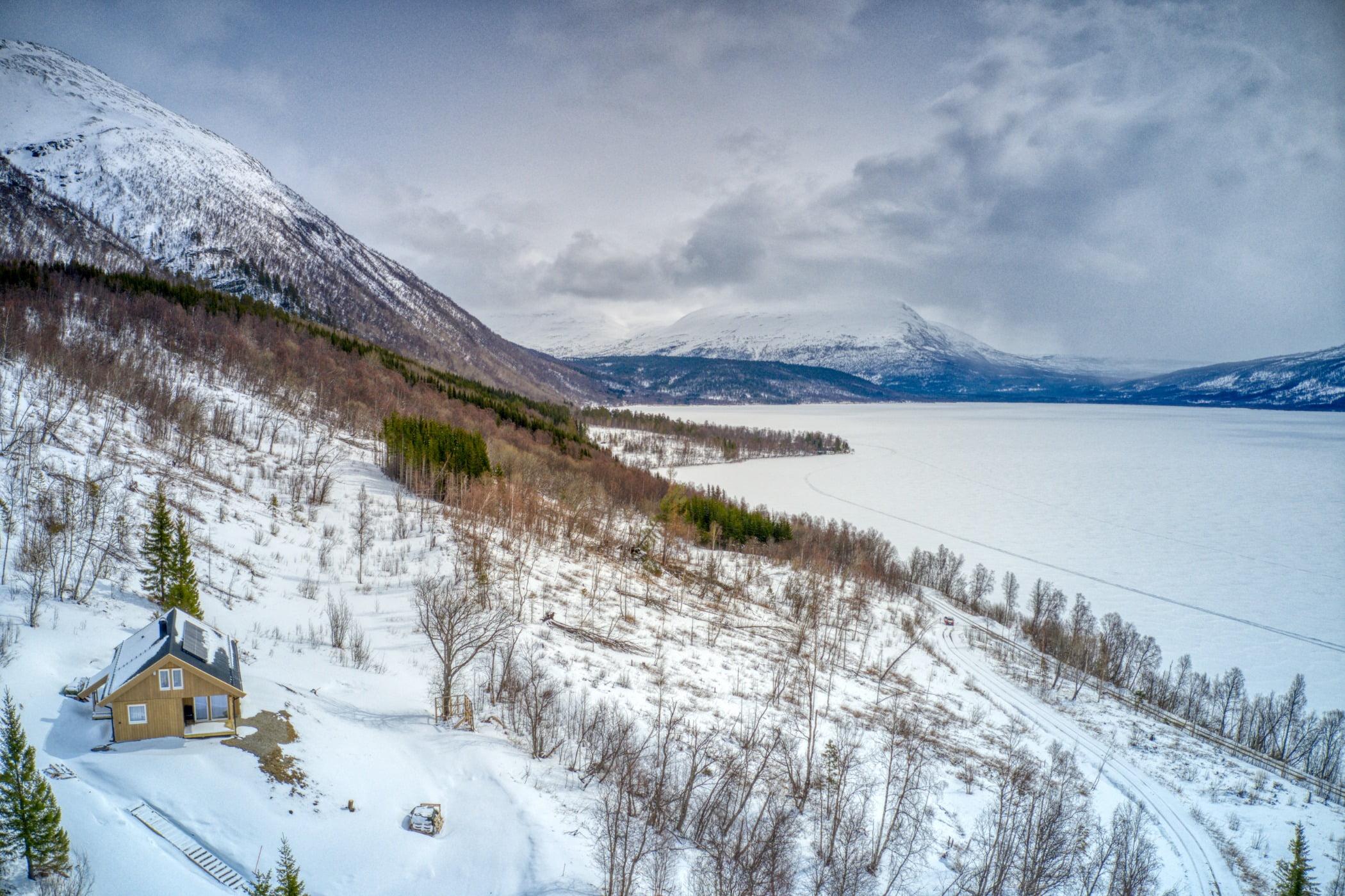 Natural landscape, Mountainous landforms, Sky, Cloud, Snow, Mountain, Slope, Highland, Plant, Freezing