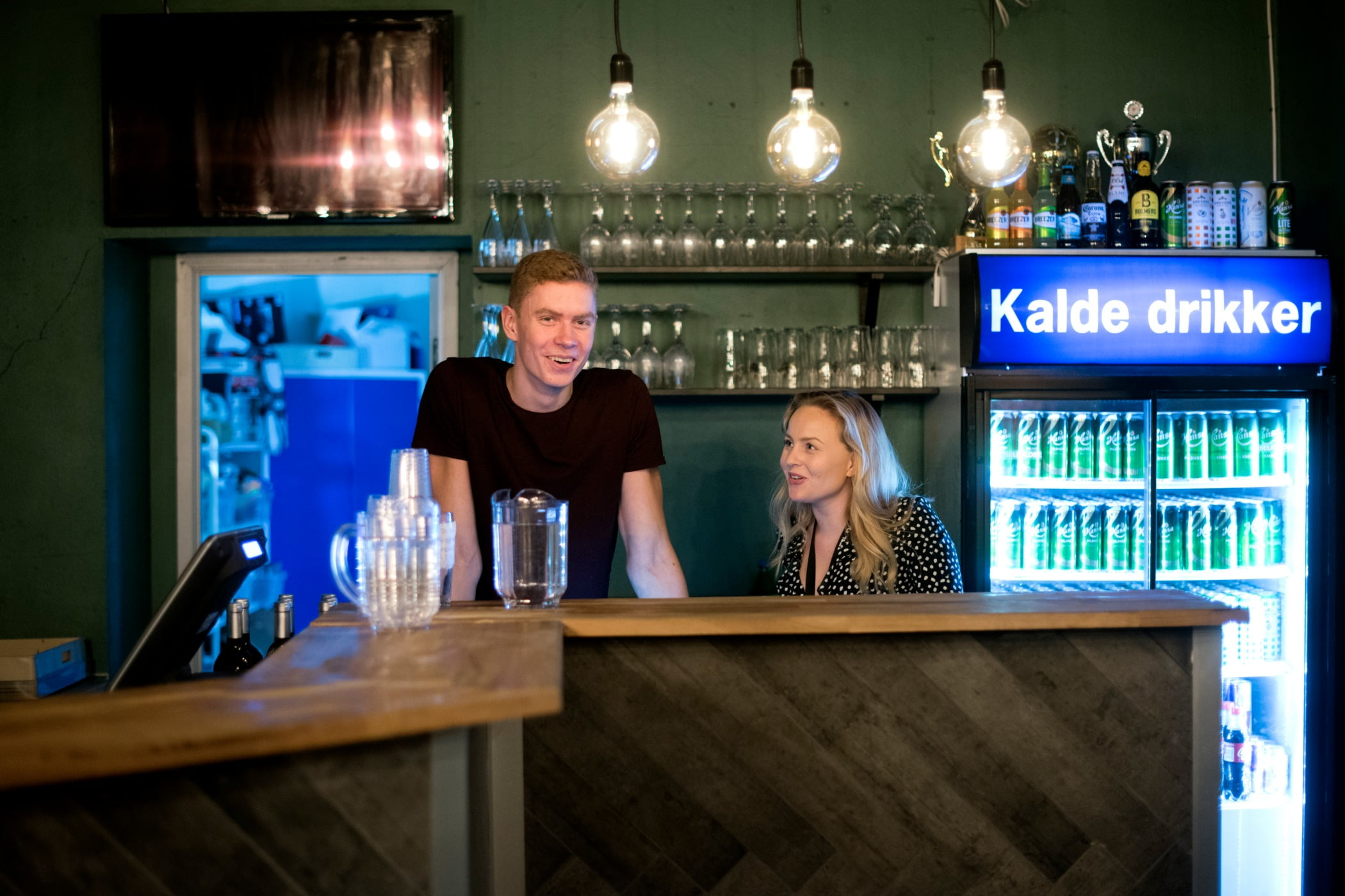 Alcoholic beverage, Drinking establishment, Light fixture, Tavern, Drinkware, Bottle, Table, Drink, Barware, Lighting