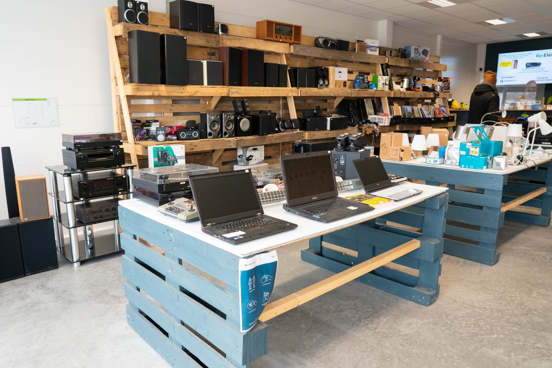 Personal computer, Table, Furniture, Desk, Laptop, Shelf, Shelving