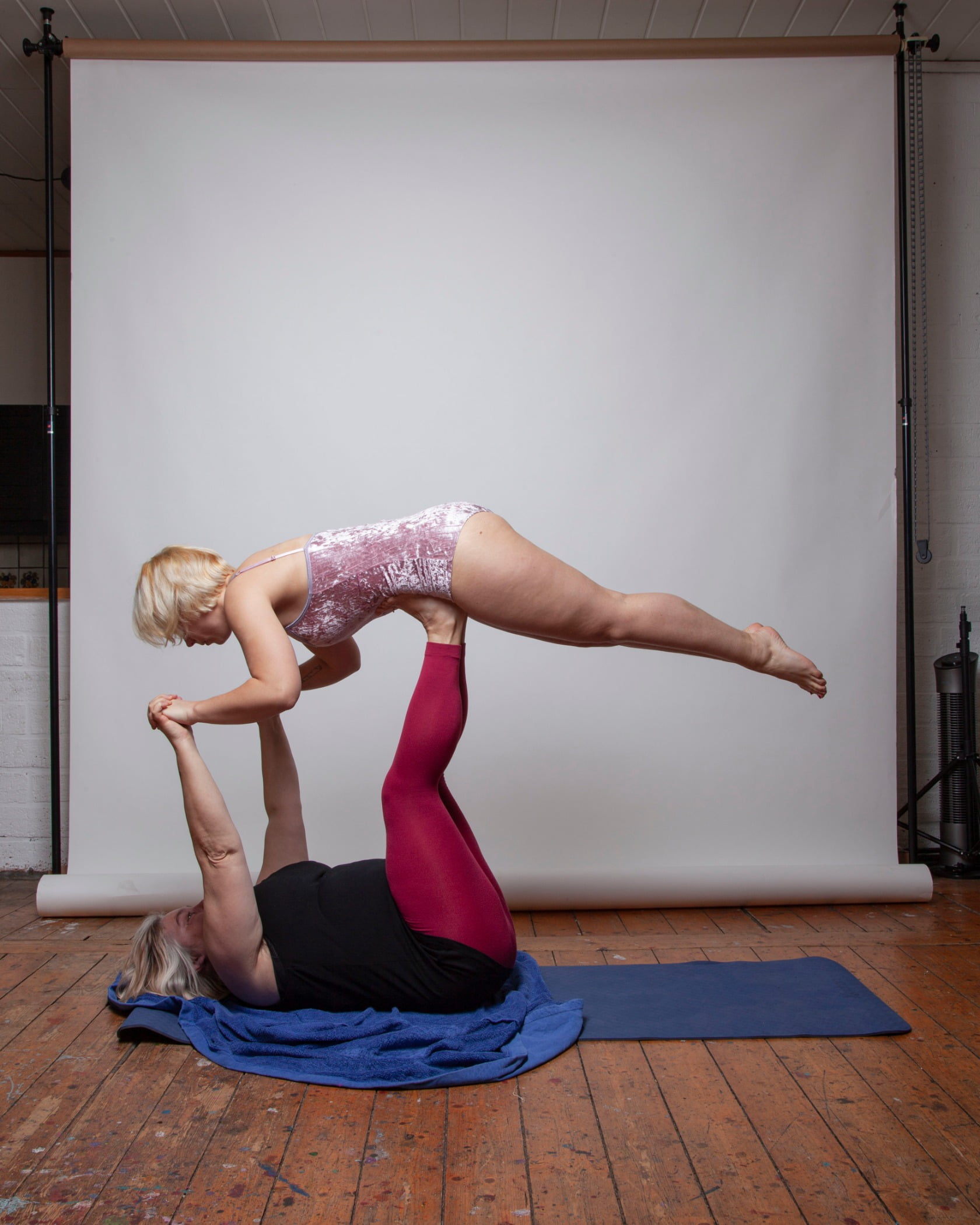 Yoga mat, Active pants, Joint, Leg, Knee, Wood, Thigh, Waist, Floor