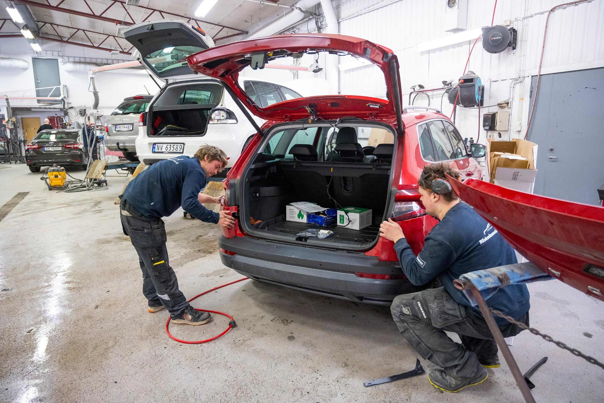Luggage and bags, Motor vehicle, Automotive tire, Car, Asphalt, Bumper