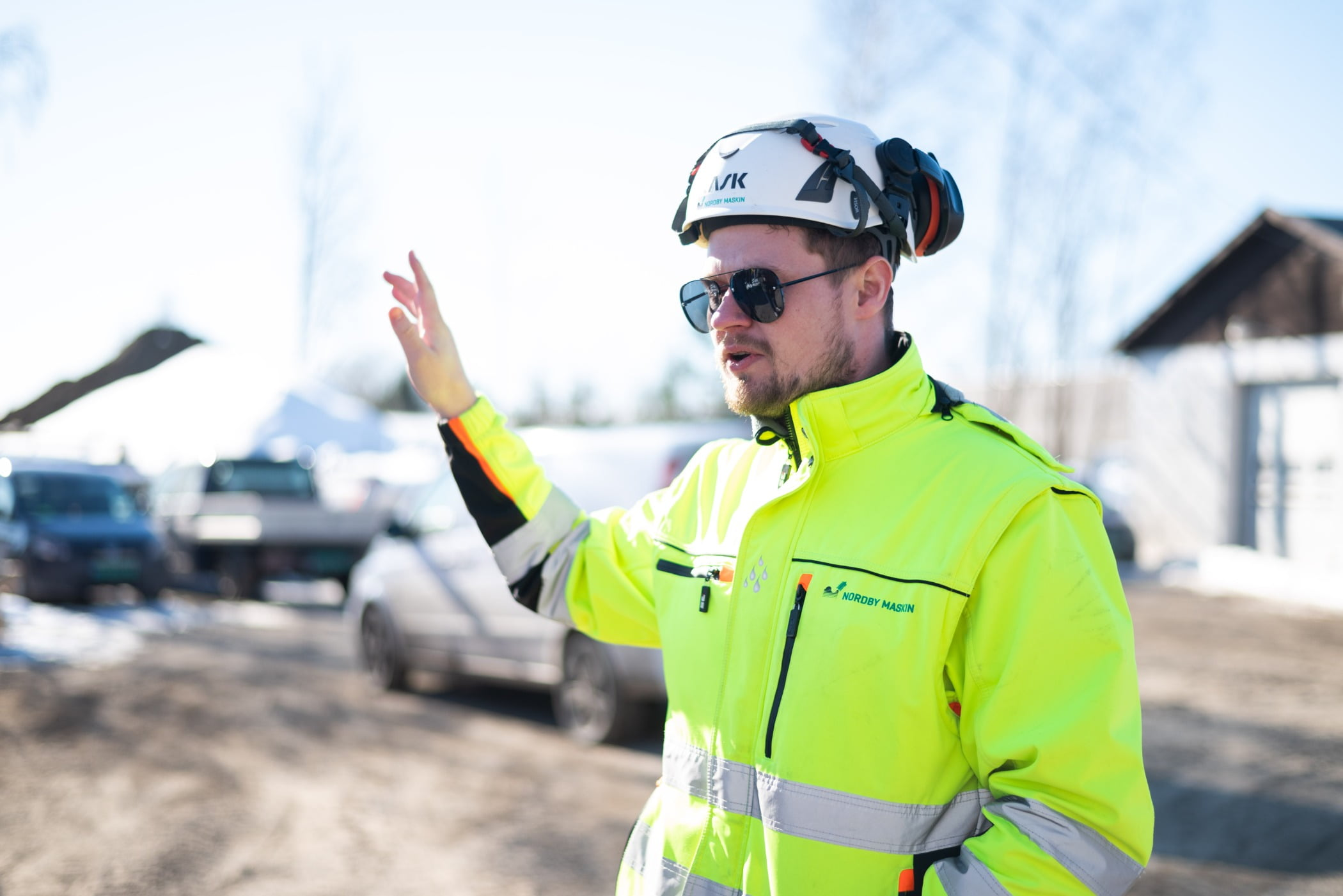 High-visibility clothing, Glasses, Sky, Car, Goggles, Cloud, Workwear, Helmet, Vehicle, Tire