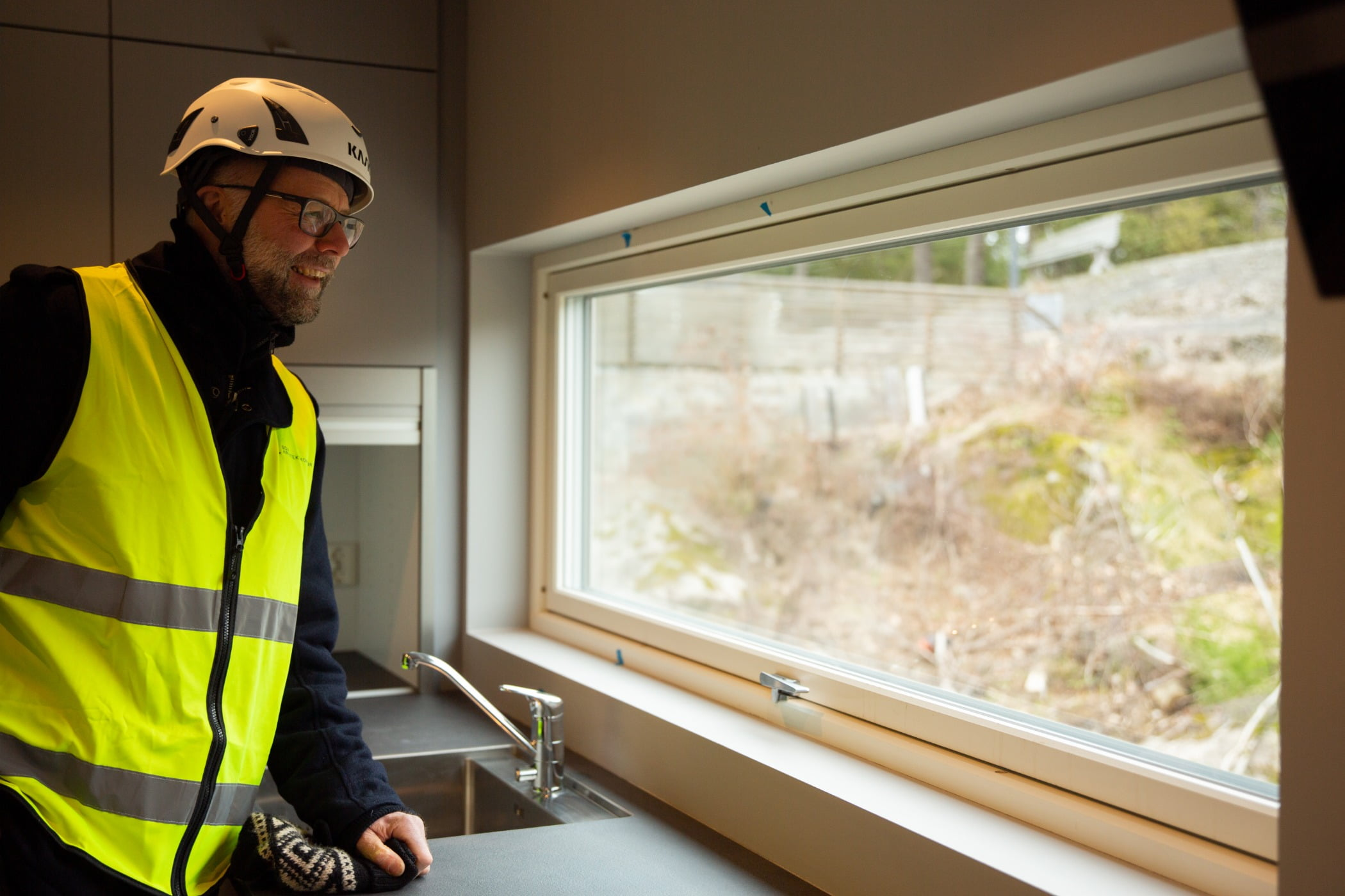 Hard hat, High-visibility clothing, Window, Workwear, Fixture, Tradesman, Sleeve, Yellow, Helmet, Engineer