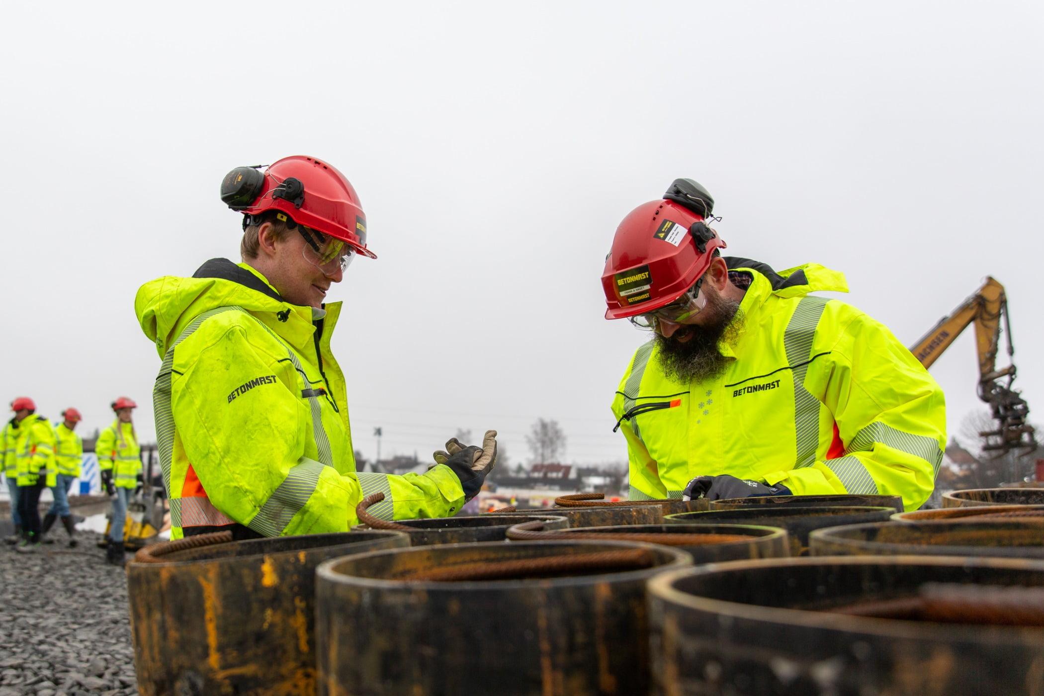 Hard hat, High-visibility clothing, Natural environment, Helmet, Workwear, Tradesman, Plant, Engineer, Goggles, Sky