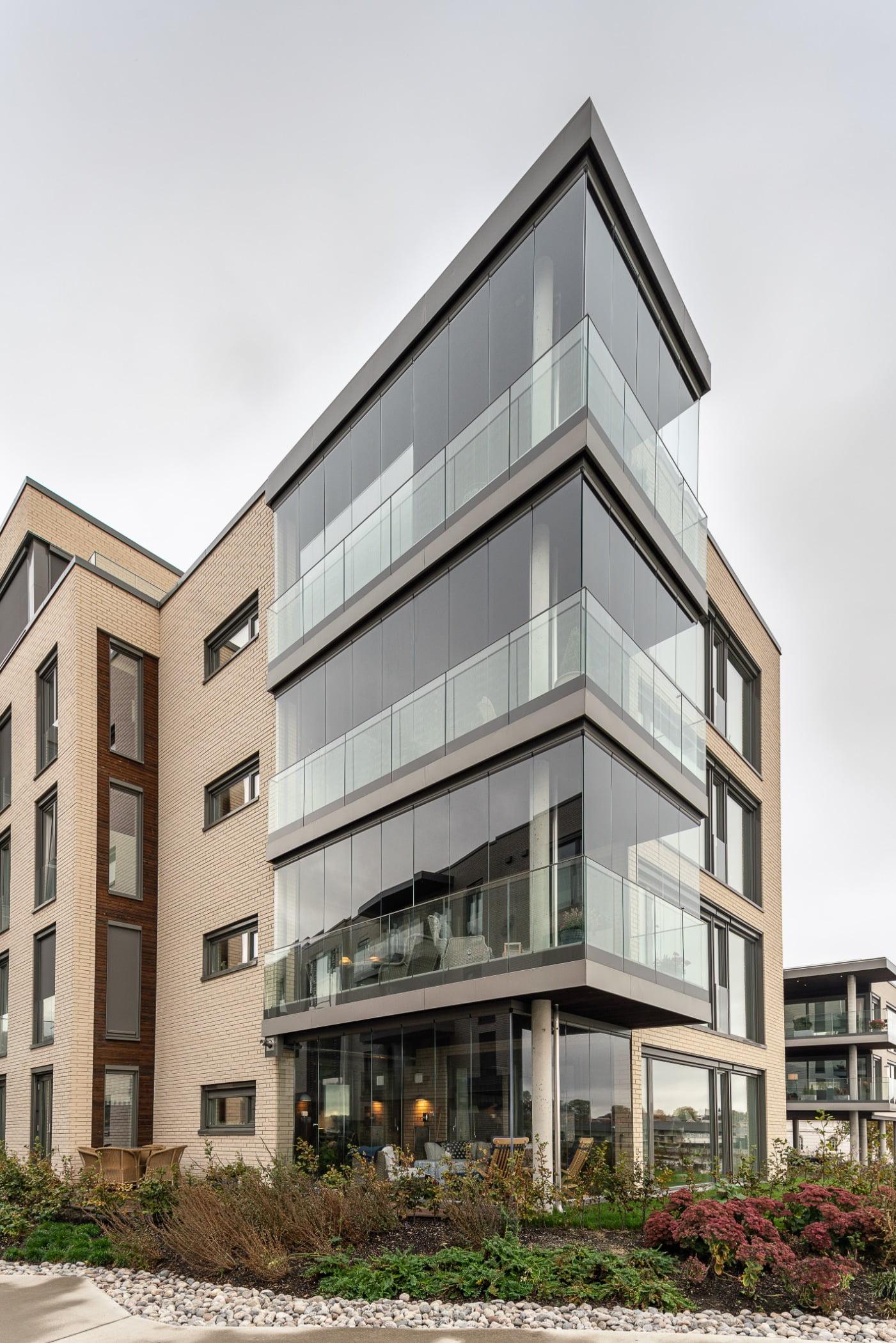 Urban design, Land lot, Tower block, Plant, Building, Window, Sky, Condominium, Fixture