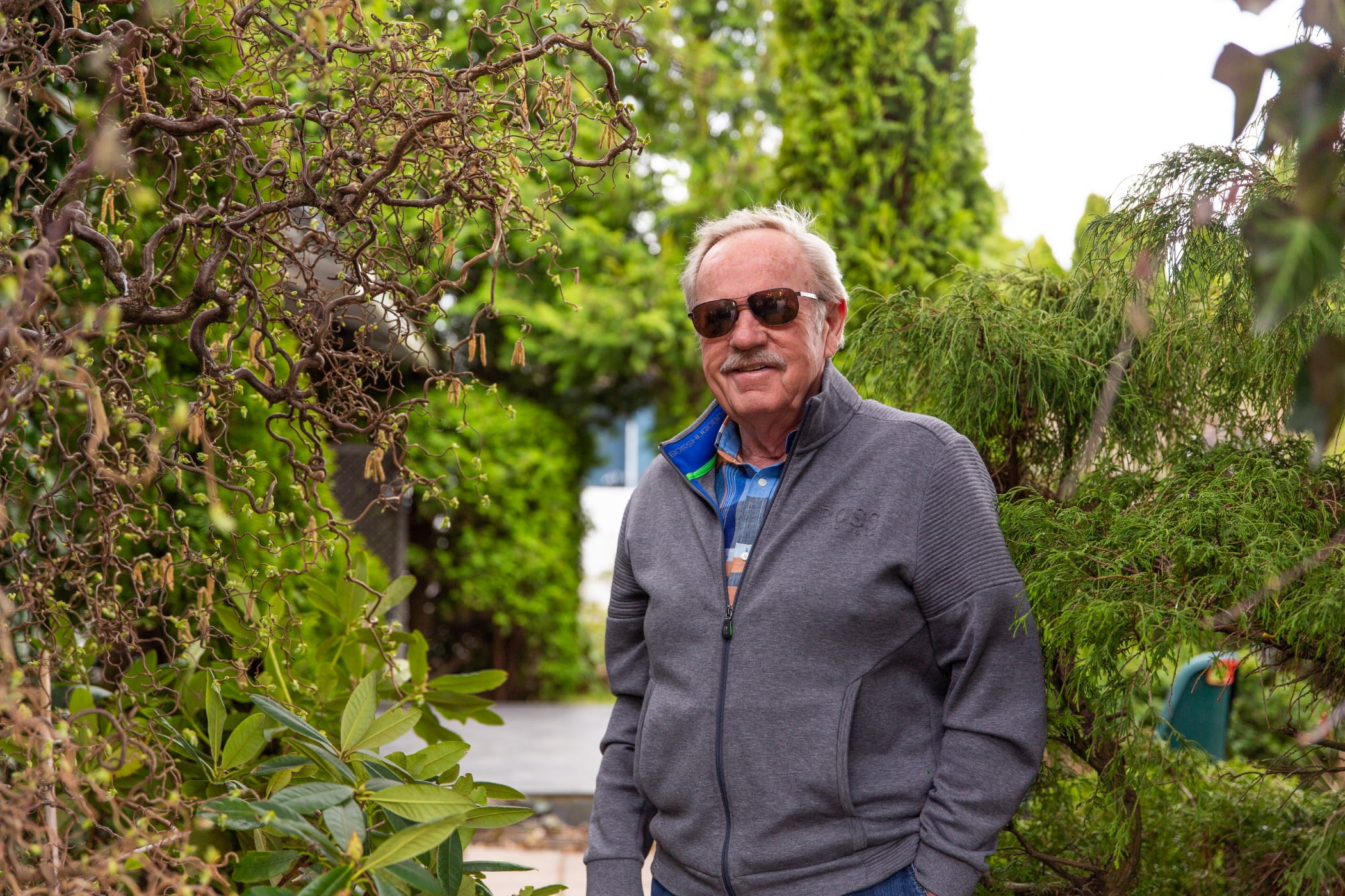 People in nature, Plant community, Botany, Leaf, Sky, Sunglasses, Biome, Grass, Tree