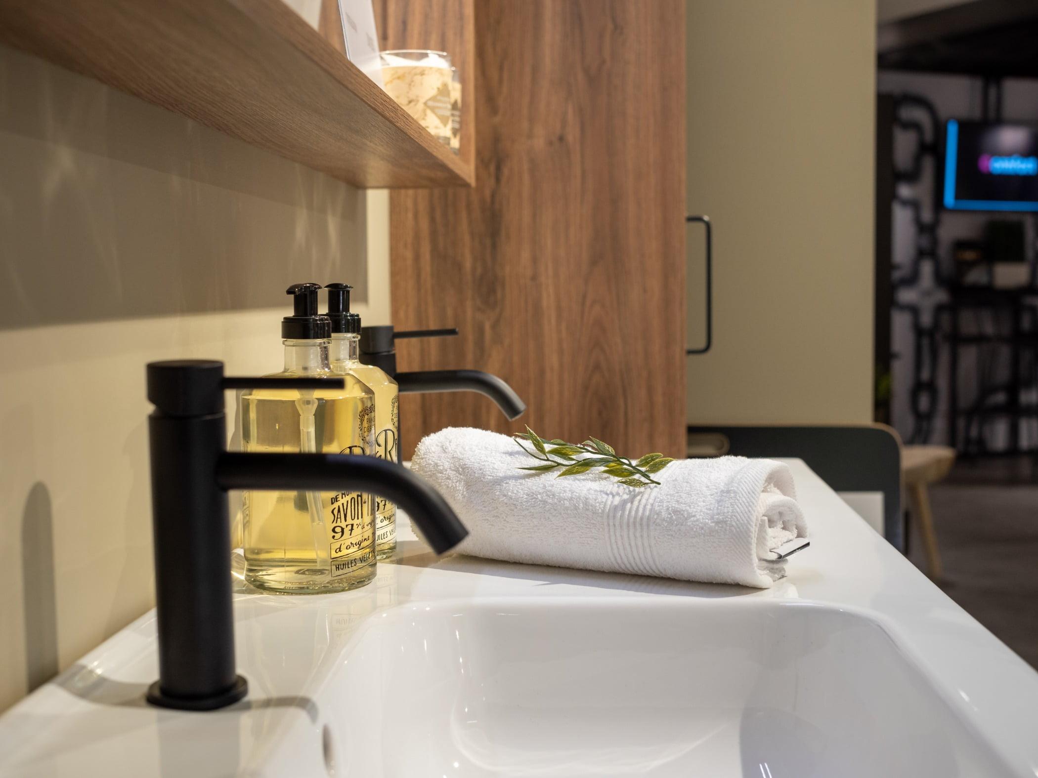 Plumbing fixture, Interior design, Property, Tap, Fluid, Lighting, Bathroom, Bathtub, Floor
