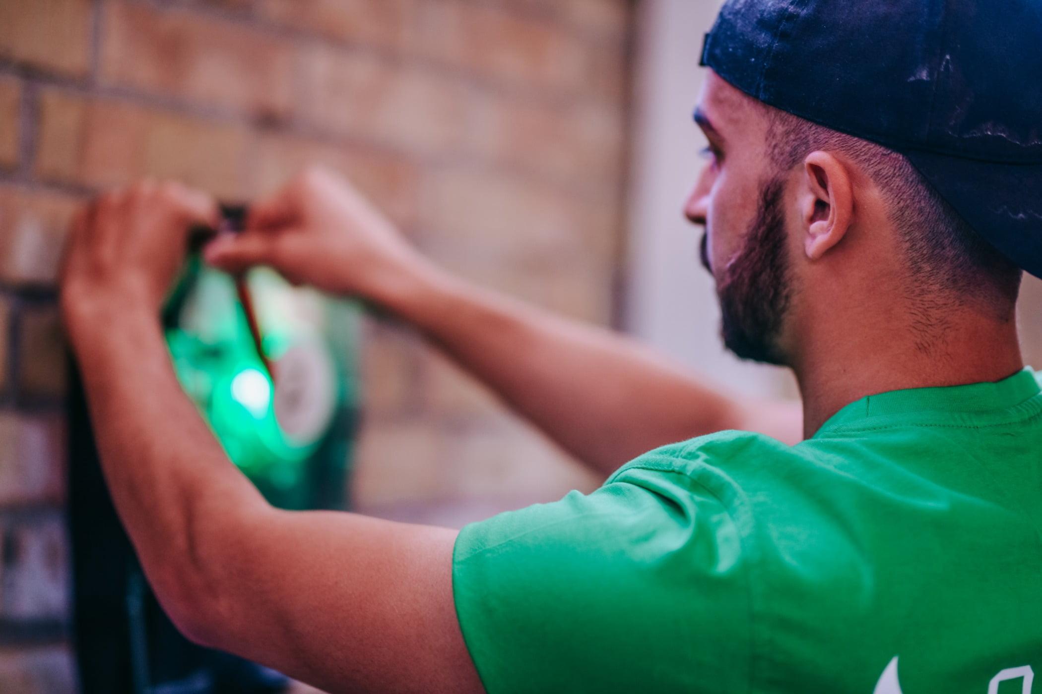Flash photography, Green, Beard, Gesture, Elbow, T-shirt
