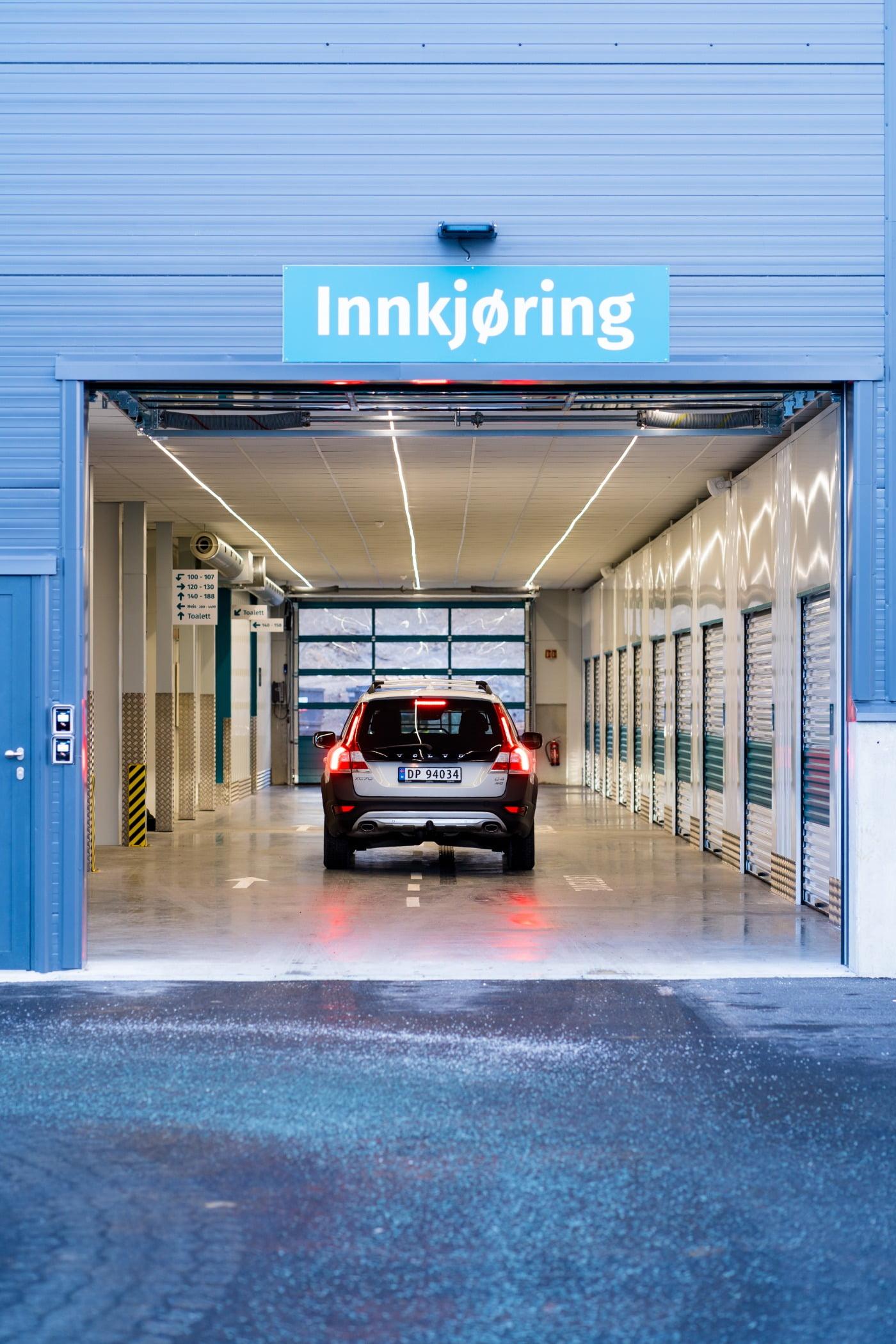Automotive parking light, Vehicle registration plate, Car, Building