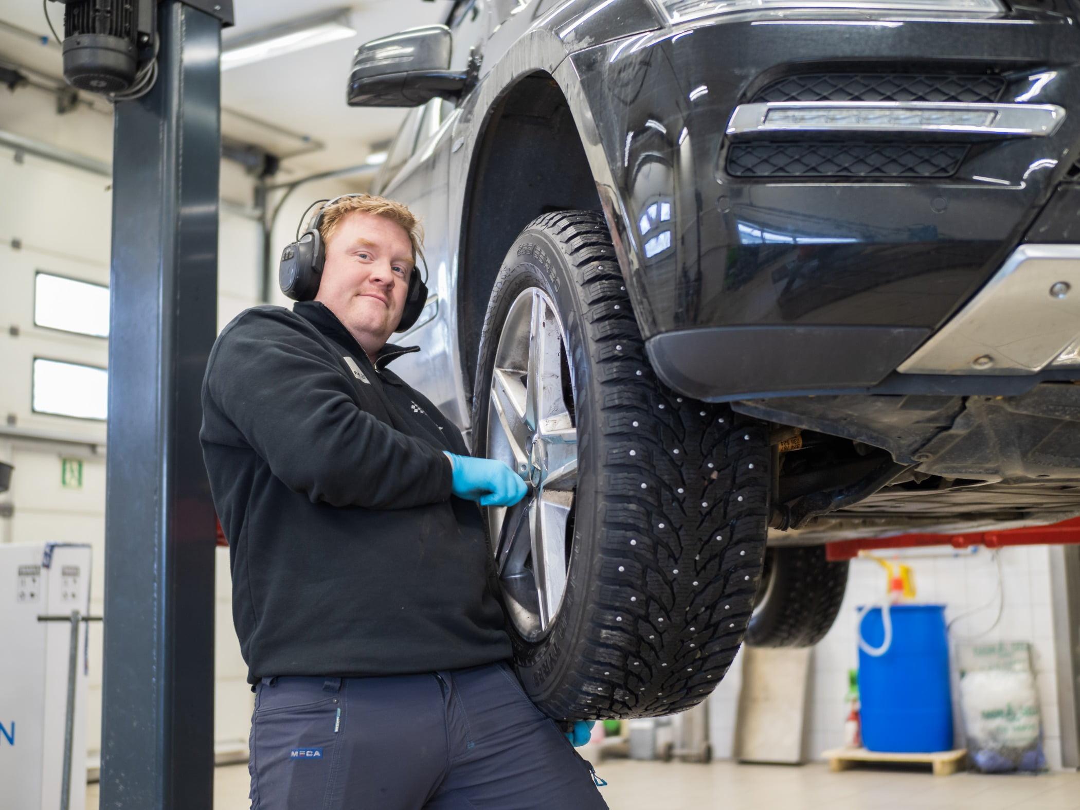 Automotive tire, Motor vehicle, Wheel, Smile, Hood, Car, Tread
