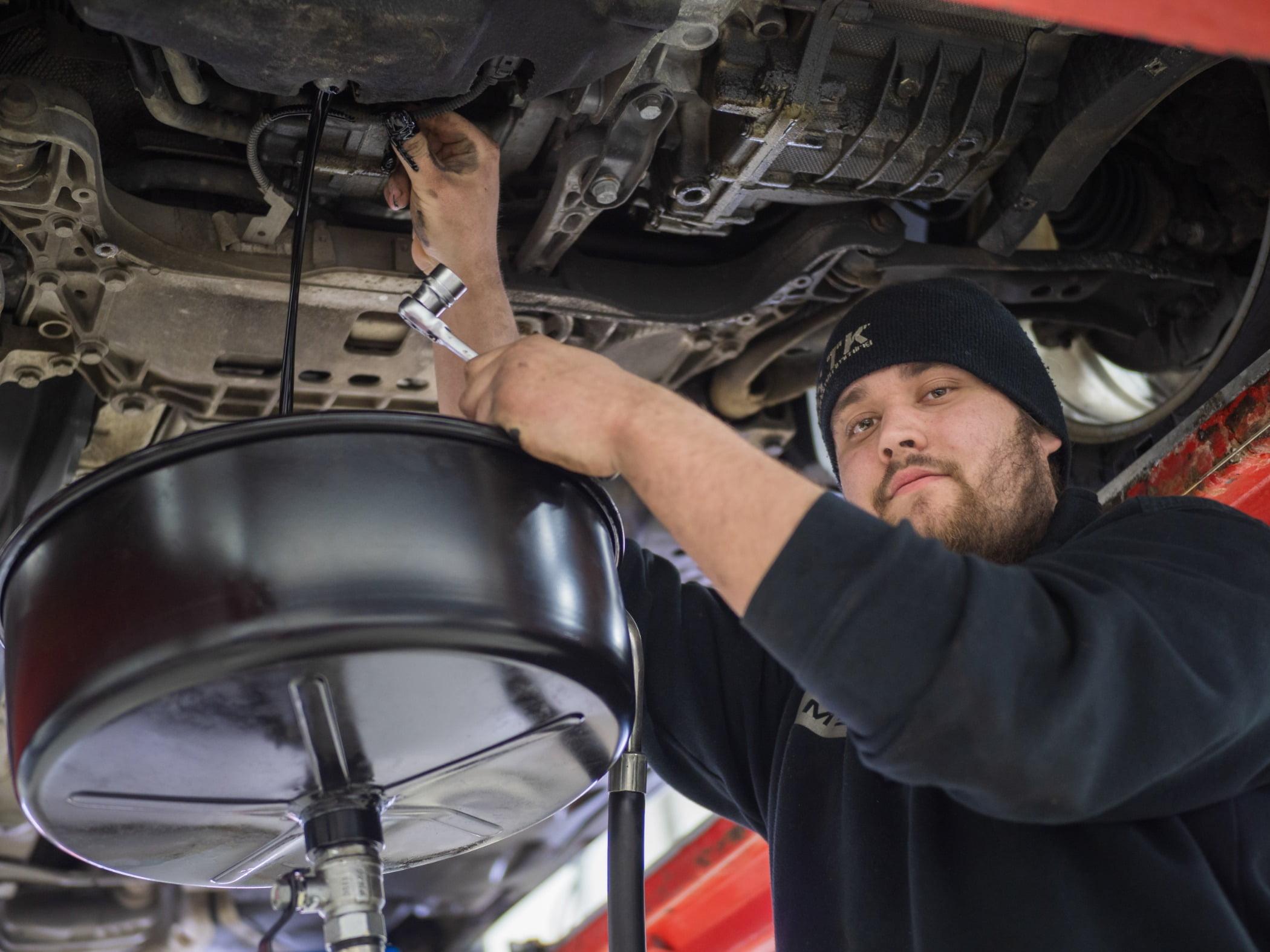 Motor vehicle, Automotive tire, Flash photography, Auto mechanic, Hood, Workwear, Rim