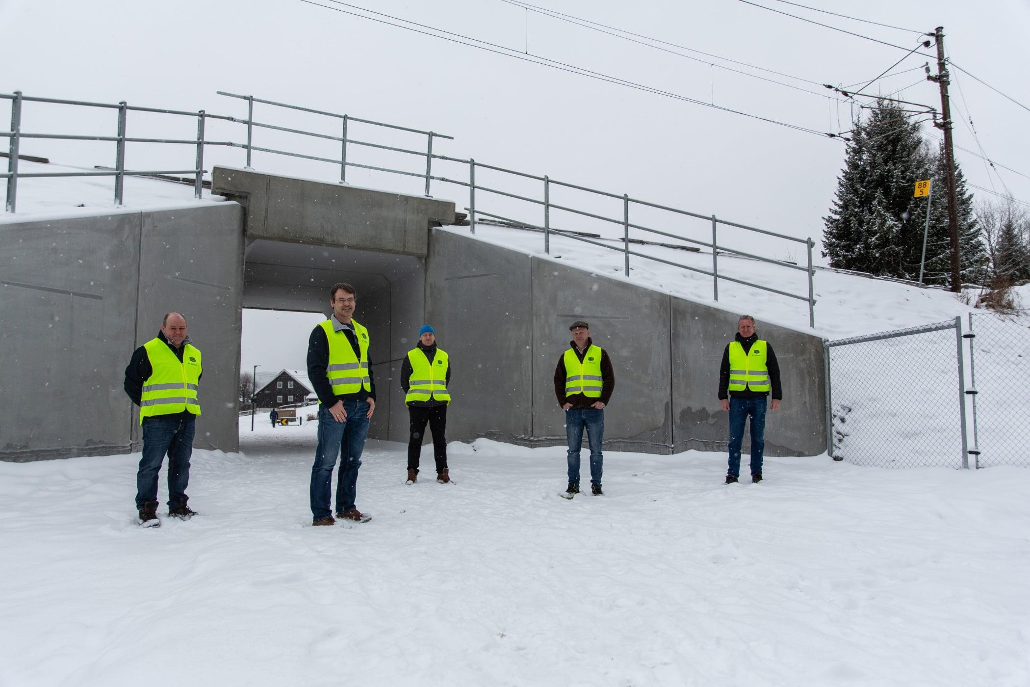 High-visibility clothing, Slope, Snow, Workwear, Asphalt, Sky, Freezing, Tree, Plant