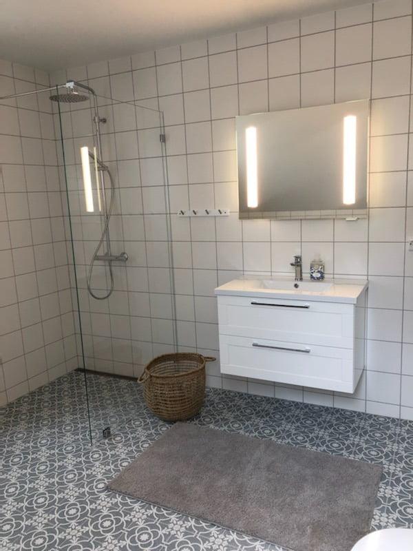 Bathroom cabinet, Plumbing fixture, Shower head, Mirror, Building, Tap, Property, Sink, Cabinetry