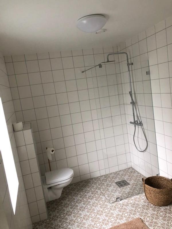 Plumbing fixture, Interior design, Property, Building, Bathroom, Flooring, Floor, Line, Wall