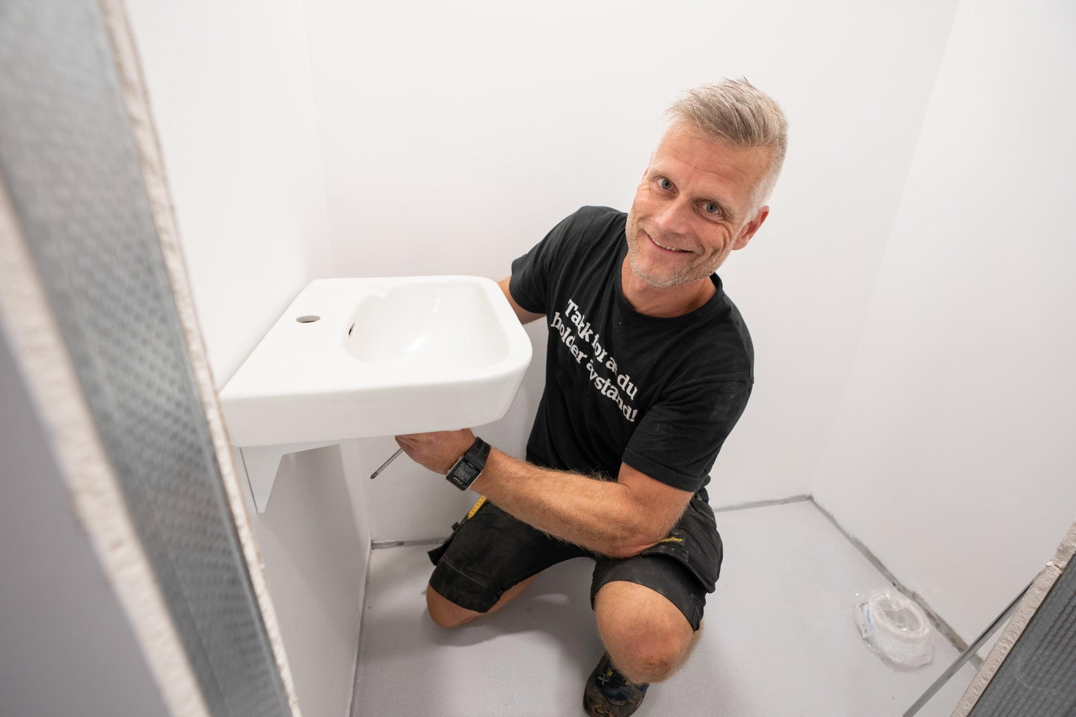 Plumbing fixture, Automotive design, Shoe, Shoulder, Leg, Shorts, Smile, Bathroom, Elbow, Floor
