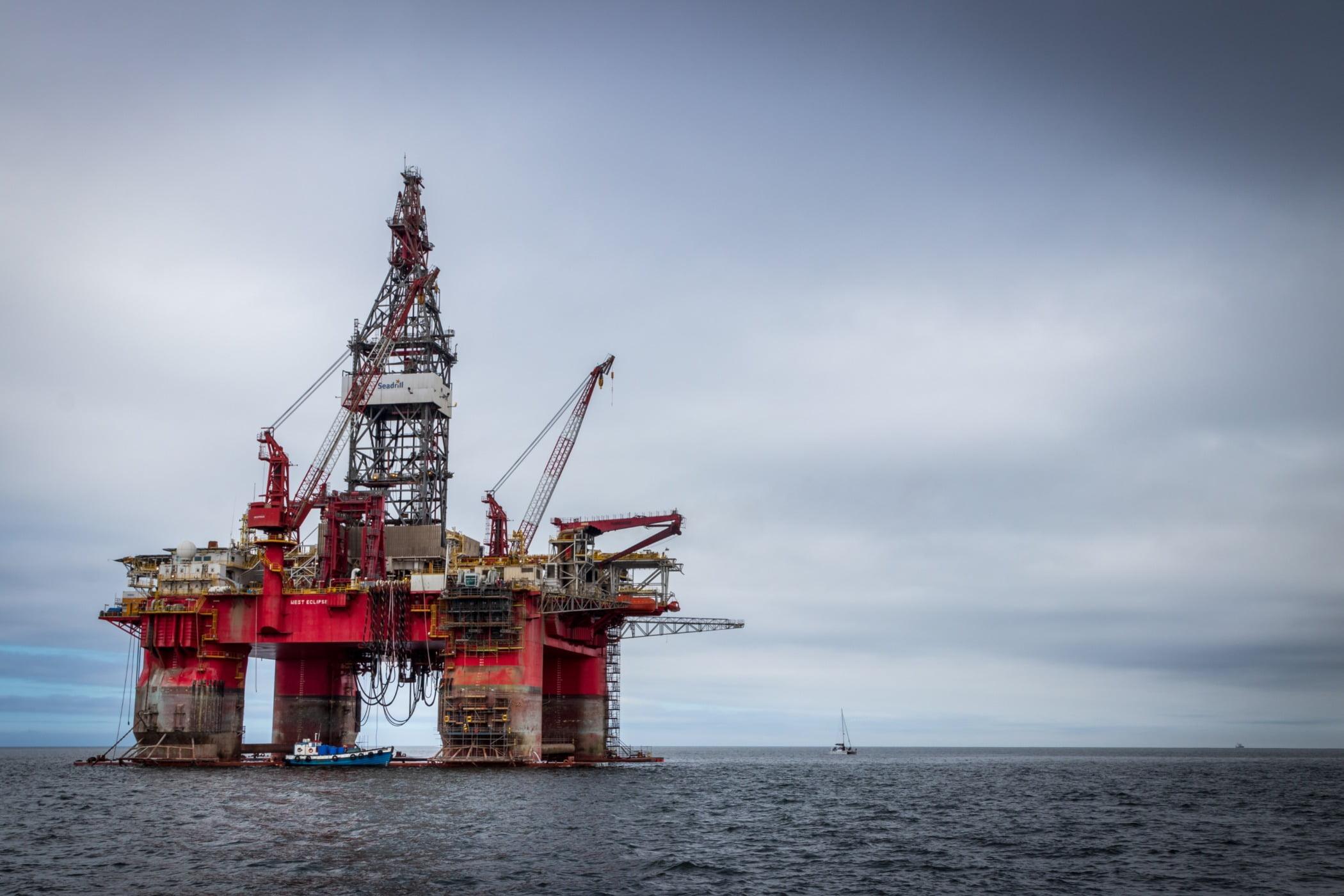 Offshore drilling, Water, Sky, Cloud, Semi-submersible, Lake