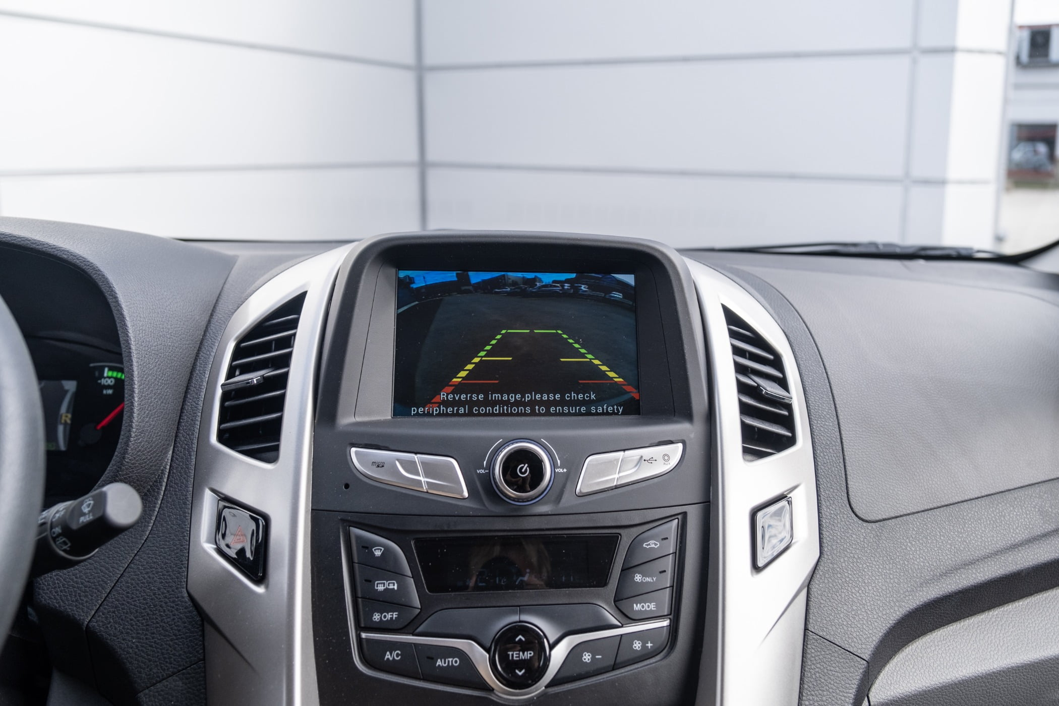Personal luxury car, Steering part, Motor vehicle, Center console, Automotive design, Media player