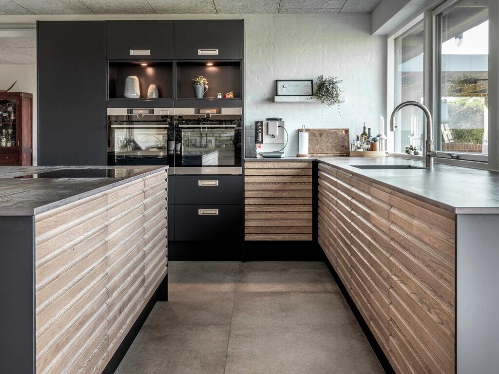 Kitchen sink, Interior design, Cabinetry, Countertop, Wood, Tap, Drawer, Flooring